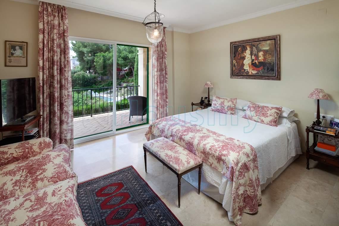 dormitorio con terraza y vistas al mar en chalet de cerrado calderon. housmy, portal inmobiliario