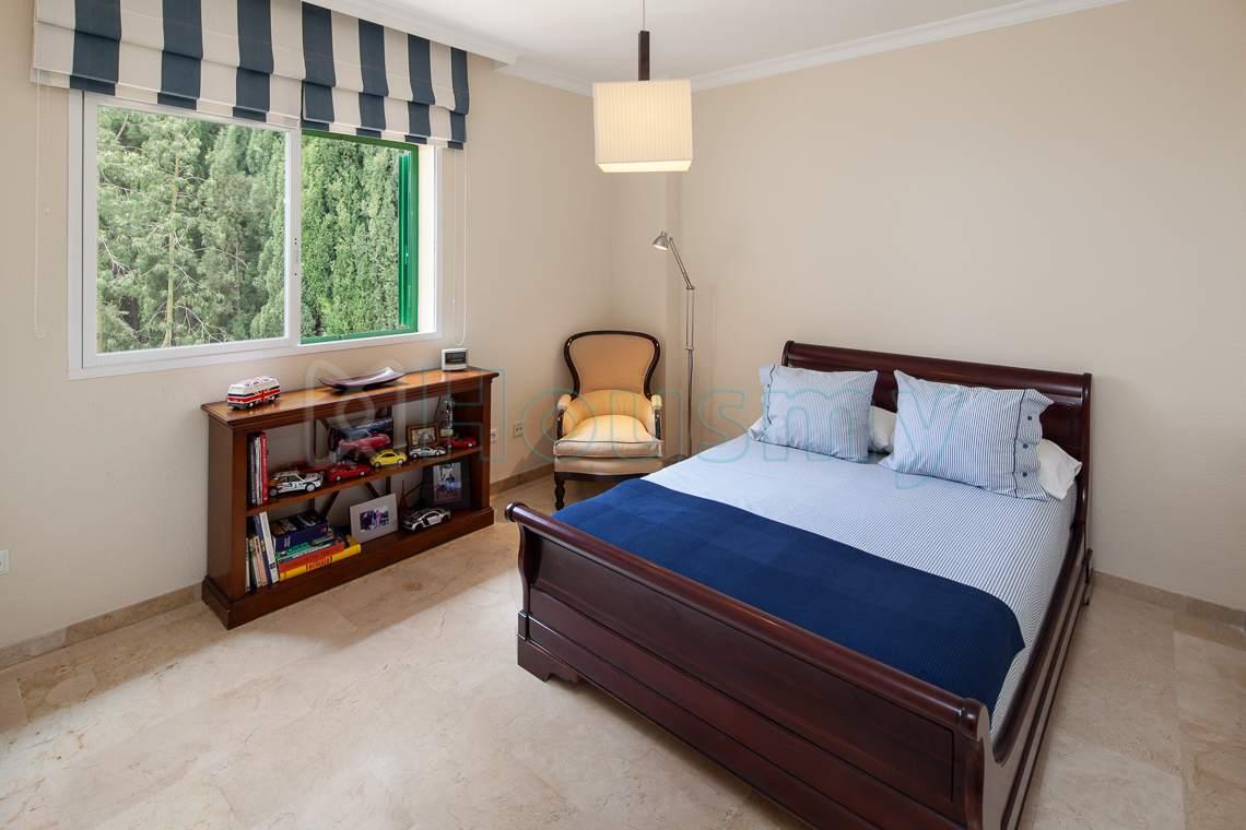 dormitorio con vistas a jardin y piscina en chalet de malaga