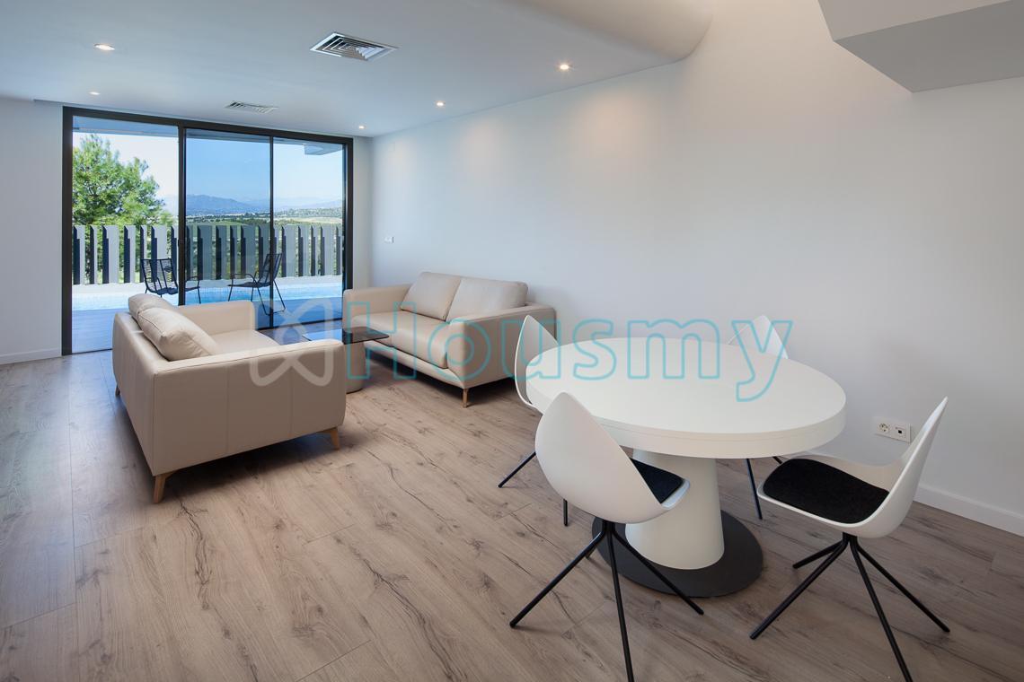 Salón con acceso a terraza y piscina en adosado de torre del mar. Housmy