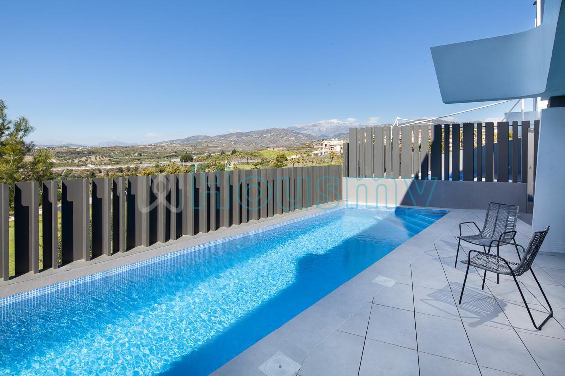 Adosado con piscina en torre del mar, 3 dormitorios. Housmy