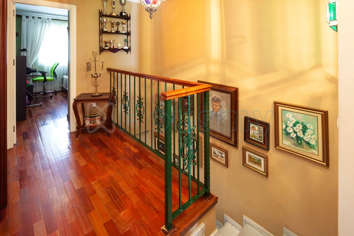 acceso a dormitorios en chalet de dos plantas de Puerto de la Torre