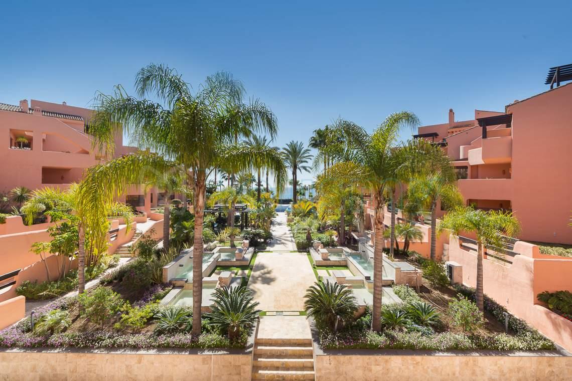 jardines de urbanizacion frente al mar en venta en estepona