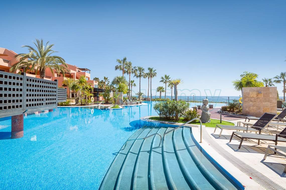 apartamento en venta en estepona con piscina infinita en urbanizacion mar azul