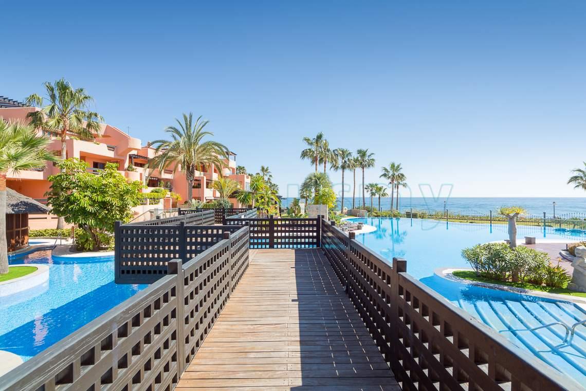 piscina con vista al mar en urbanizacion mar azul
