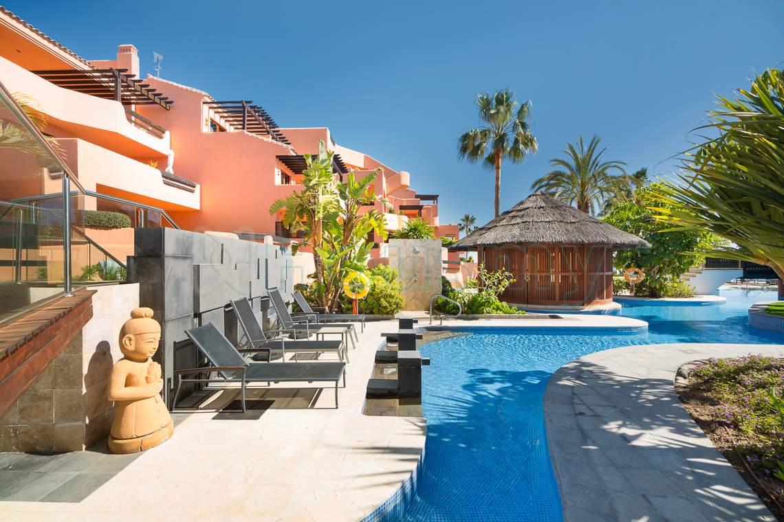 piscina de urbanizacion mar azul de estepona, apartamento en venta