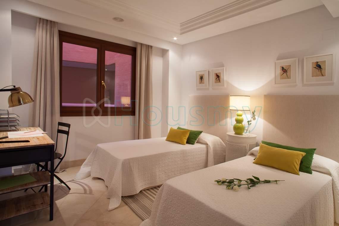 dormitorio dos camas en apartamento en venta estepona con piscina