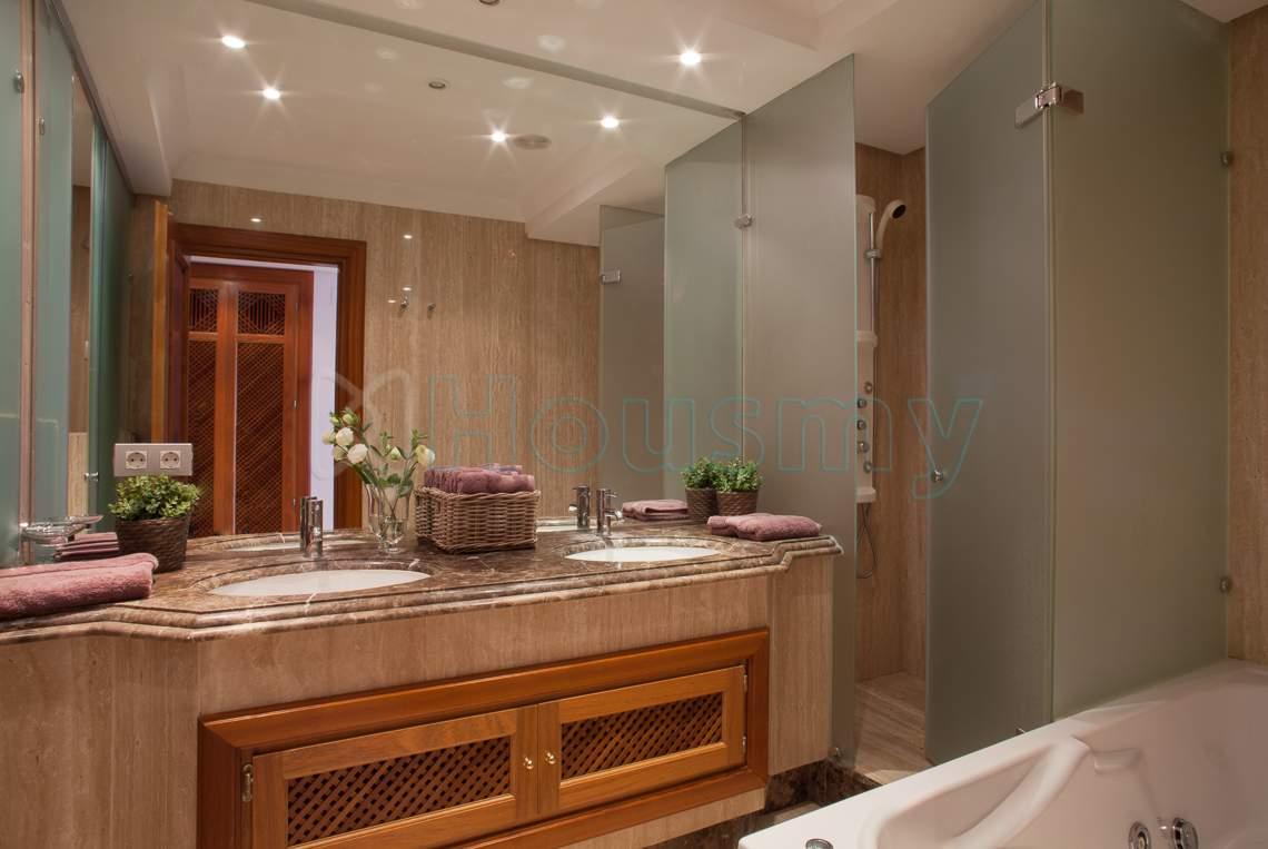 Baño moderno de piso en venta en urbanizacion con piscina en estepona