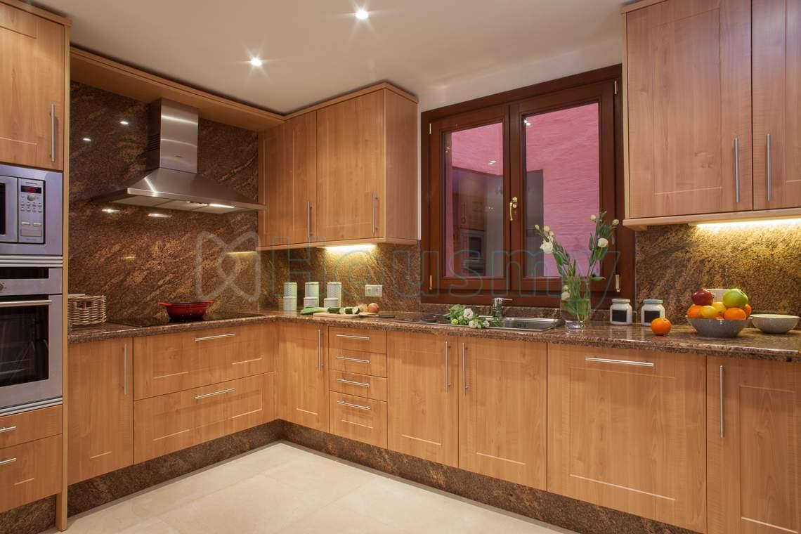 cocina de apartamento en venta urbanizacion con piscina estepona