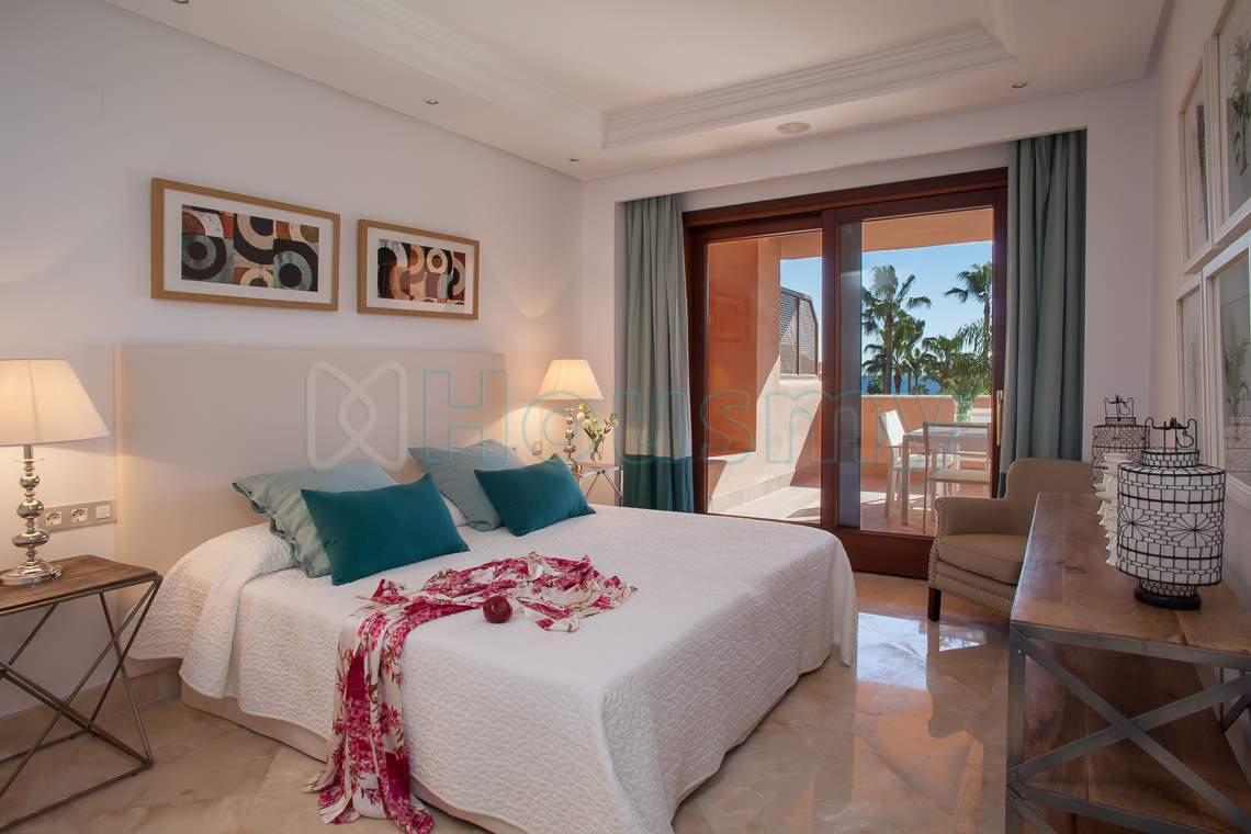 dormitorio con terraza en piso urbanizacion mar azul estepona