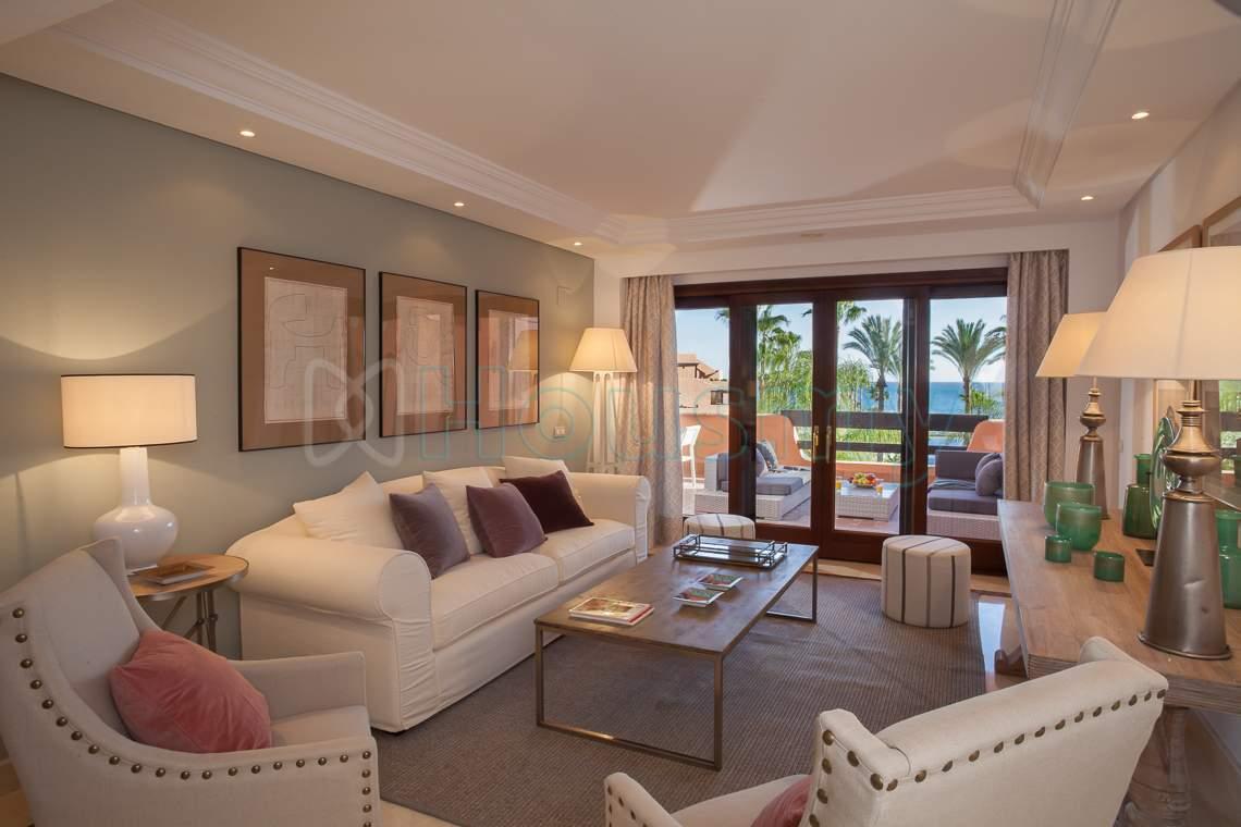 salon y terraza de apartamento en venta en estepona