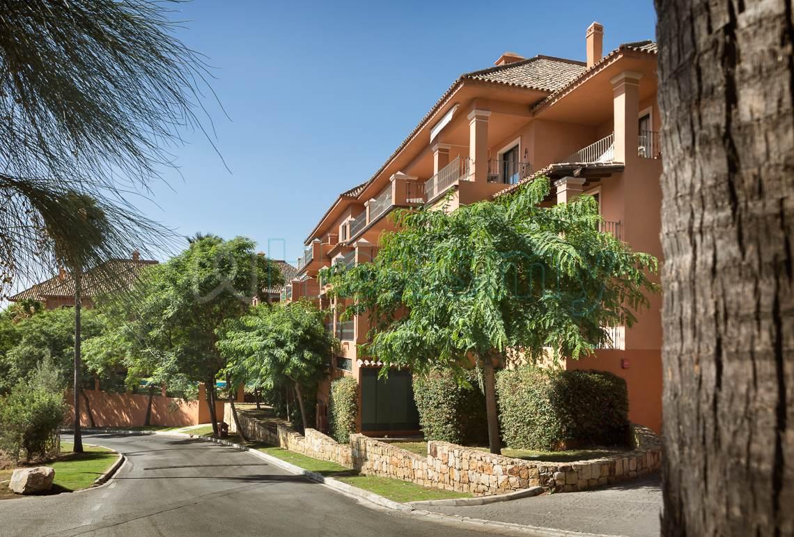 exteriores de piso en venta en urbanizacion monte halcones en benahavis - Marbella