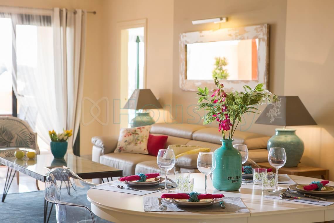 mesa de salon decorada en piso en venta en marbella