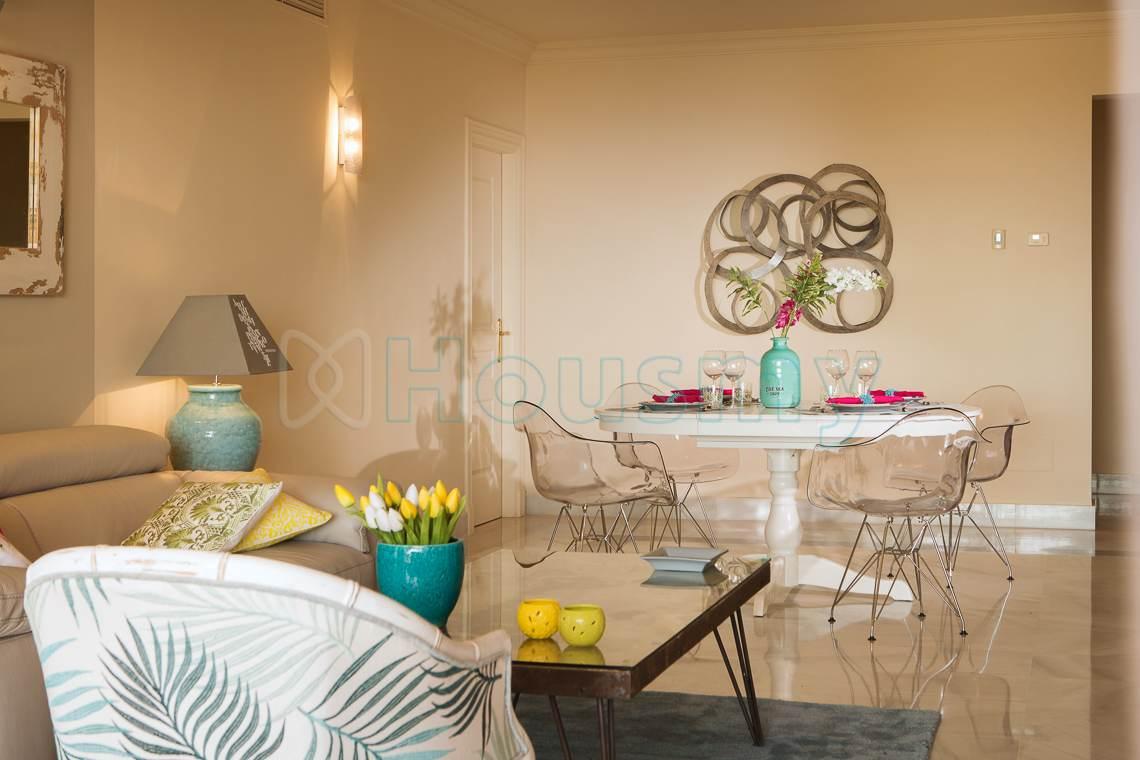 salon moderno de apartamento en venta en marbella