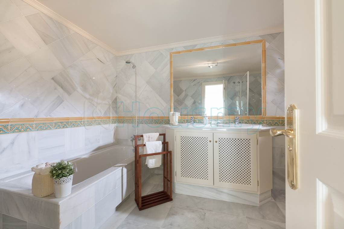 baño de marmol en piso en venta en benahavis