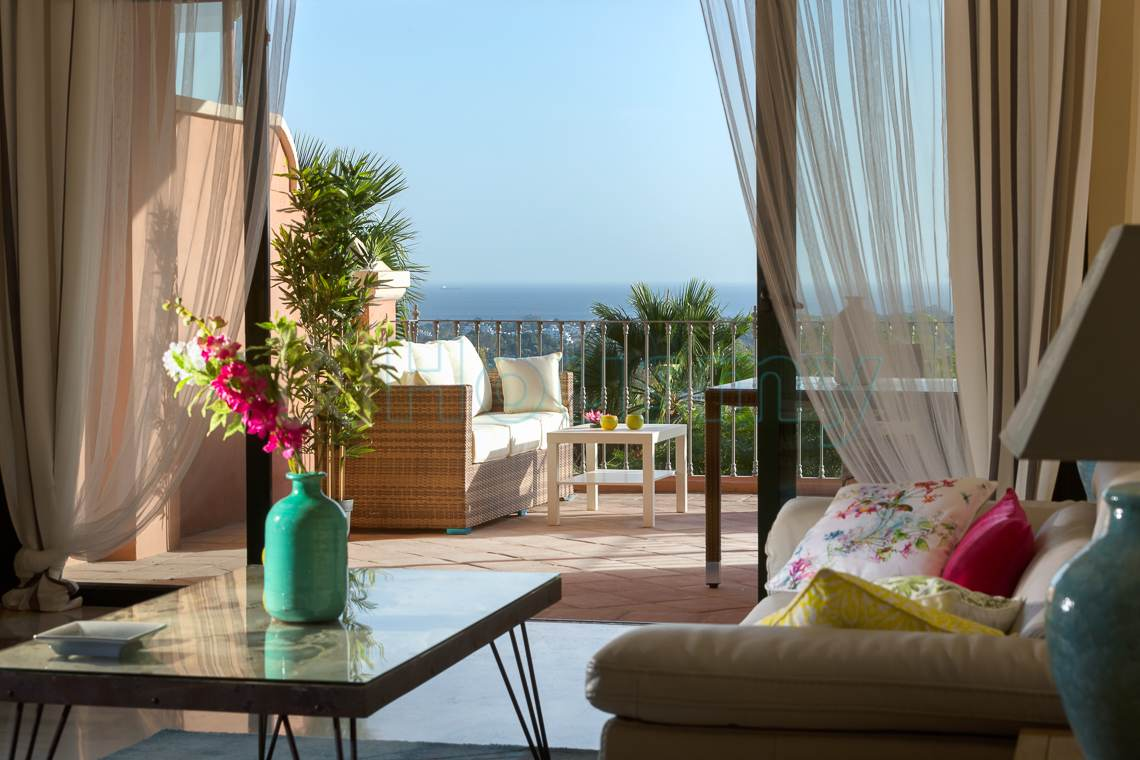 Terraza con vistas al mar en apartamento monte halcones benahavis