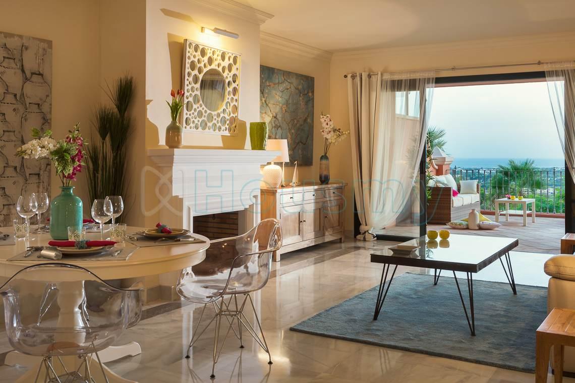 Salon y terraza de piso en venta en benehavís monte halcones