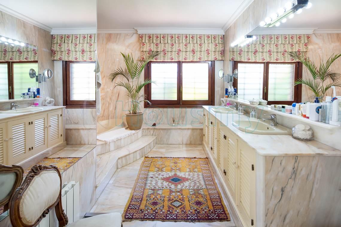 Baño en suite de casa en venta en Málaga. Housmy