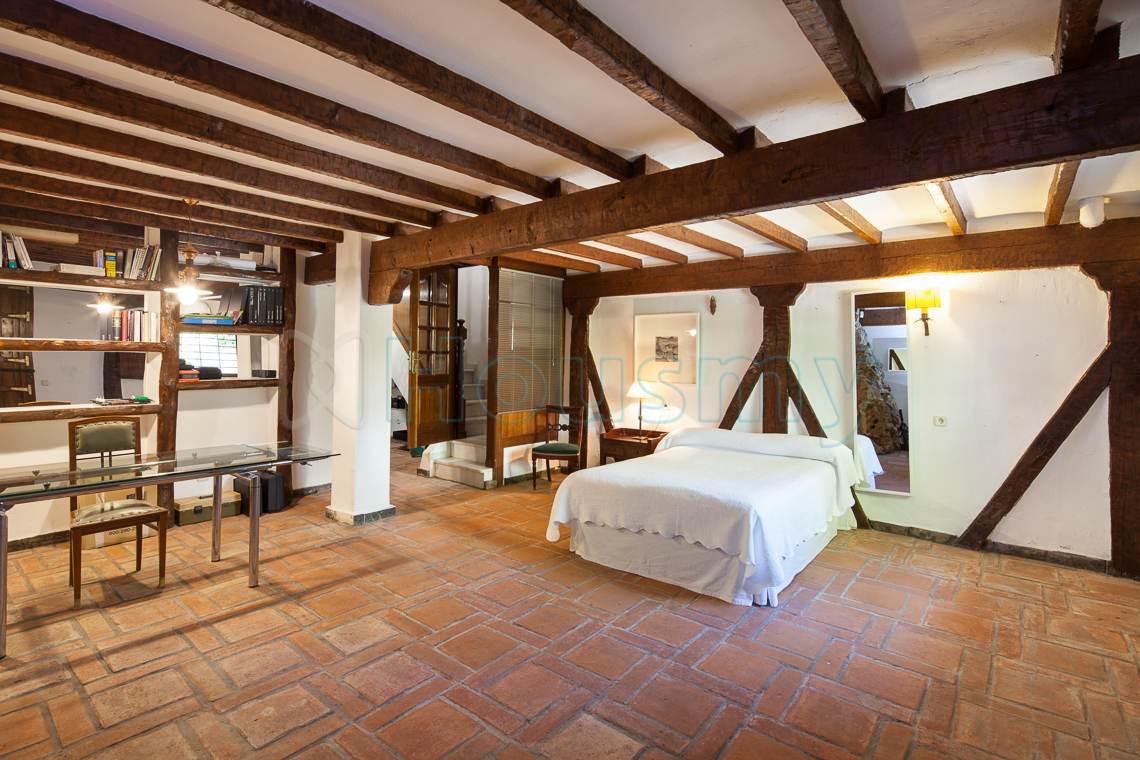 Dormitorio rústico en chalet de Cerrado Calderón.