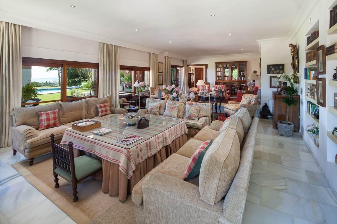Amplio salón de casa en venta en Málaga. Housmy