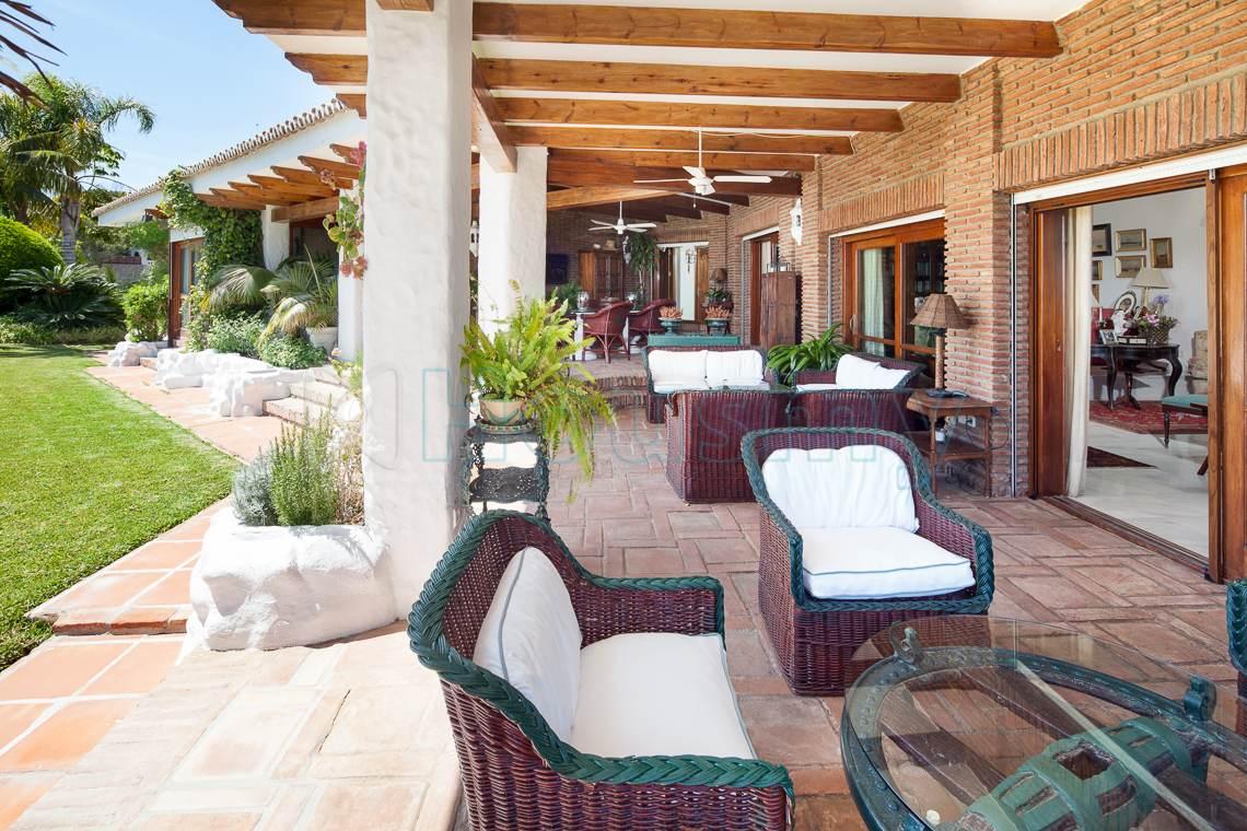 Casa con amplio porche en Cerrado de Calderón. Housmy. Plataforma inmobiliaria