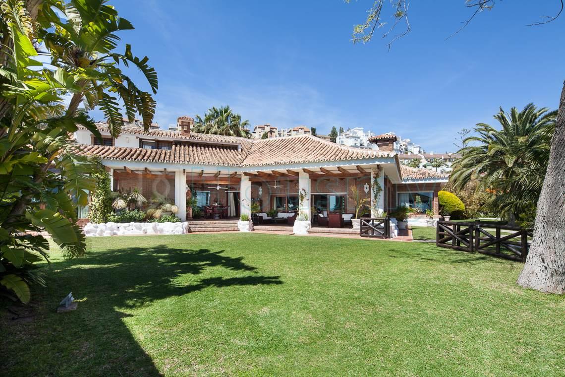 Espectacular vista del jardín de casa en venta en zona este de Málaga. Housmy