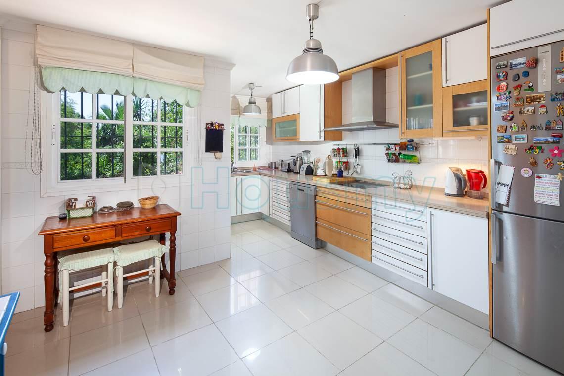 amplia cocina con vistas al jardin en chalet en venta del candado. Inmobiliaria Housmy