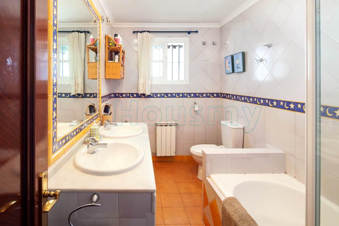 baño con dos lavabos en chalet en venta en el candado