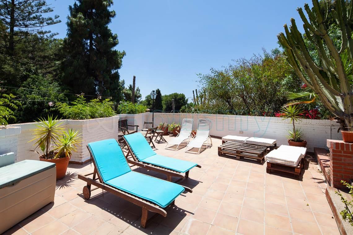 terraza junto a piscina con vistas al mar en chalet