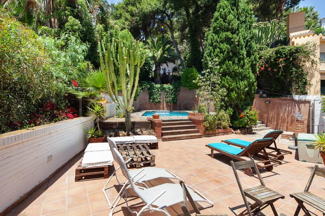 terraza y piscina en chalet independiente en venta en malaga. housmy inmobiliaria