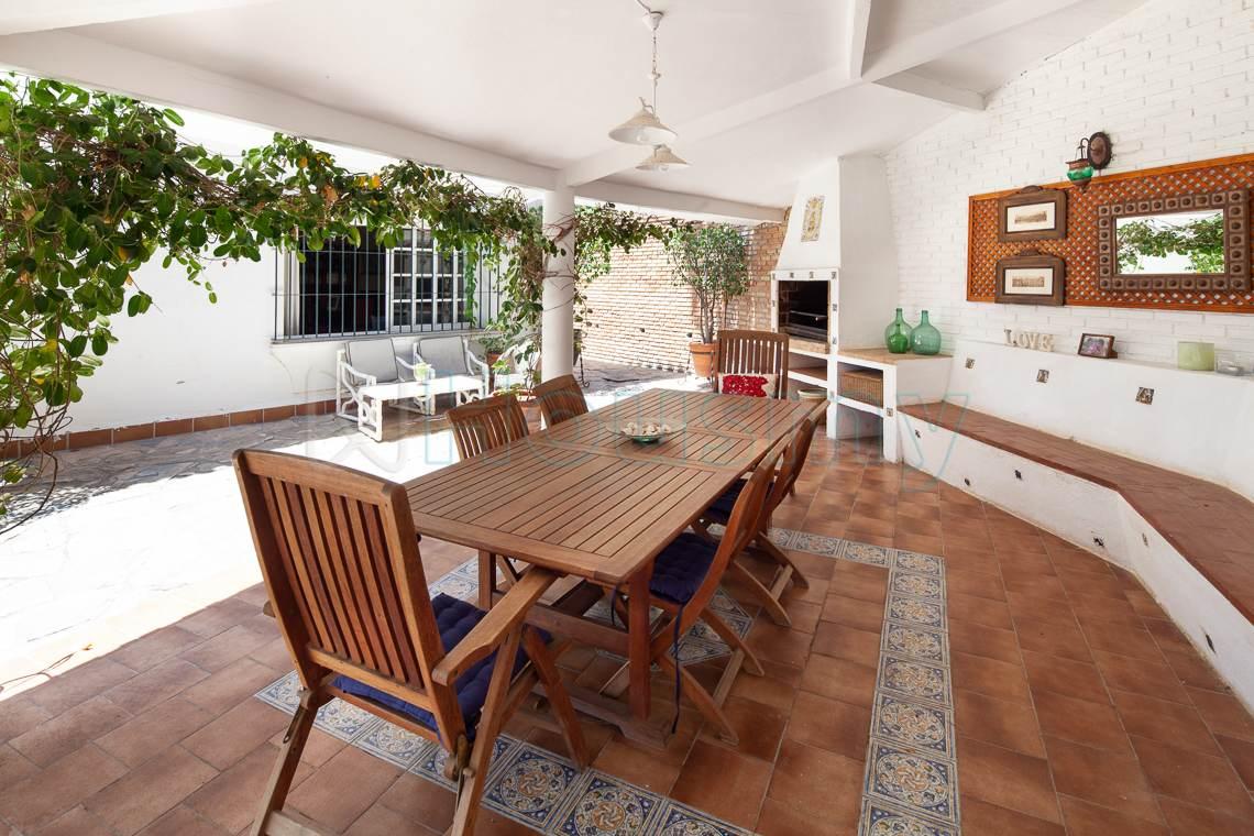 amplia mesa y barbacoa en casa en venta en al candado malaga. Housmy