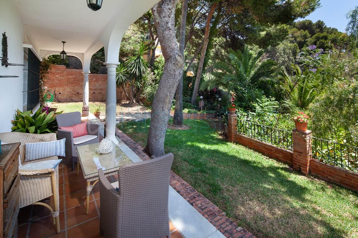 terraza en chalet con piscina en venta en el candado. Housmy