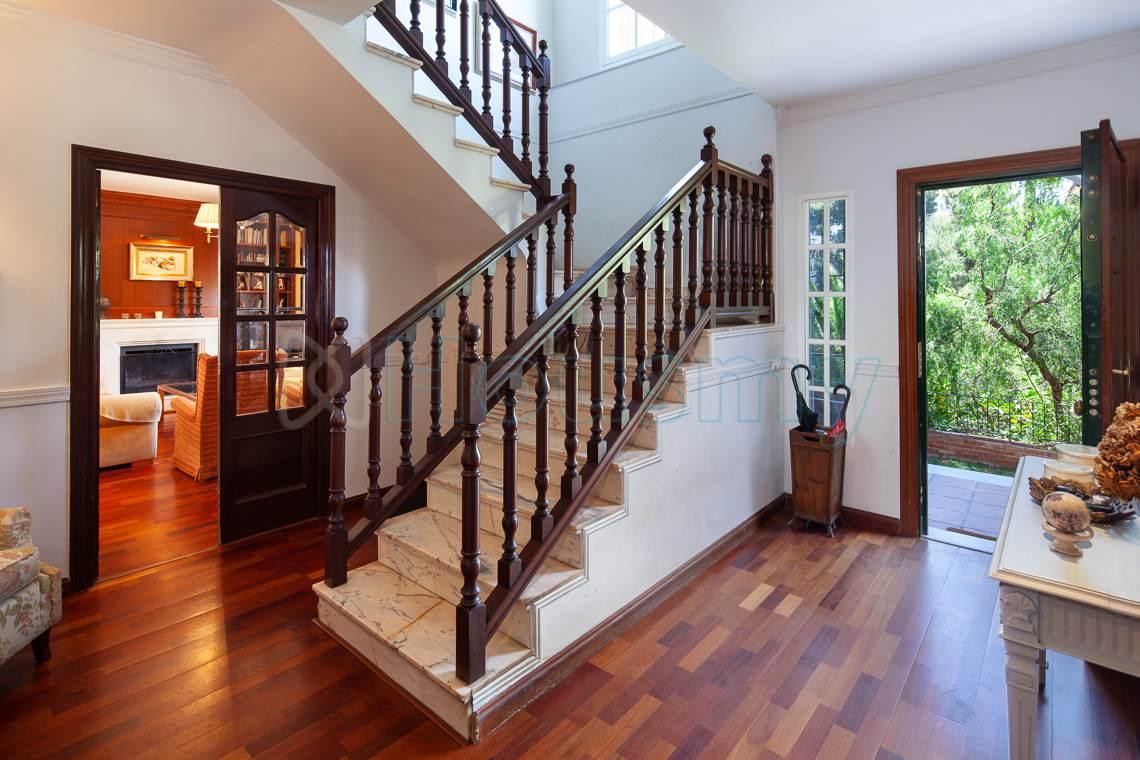 escalera de acceso a dormitorios. Chalet en venta en el candado con piscina