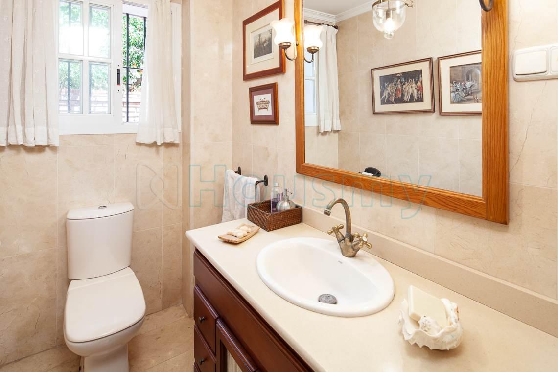 baño pequeño con espejo grande en casa en venta en malaga