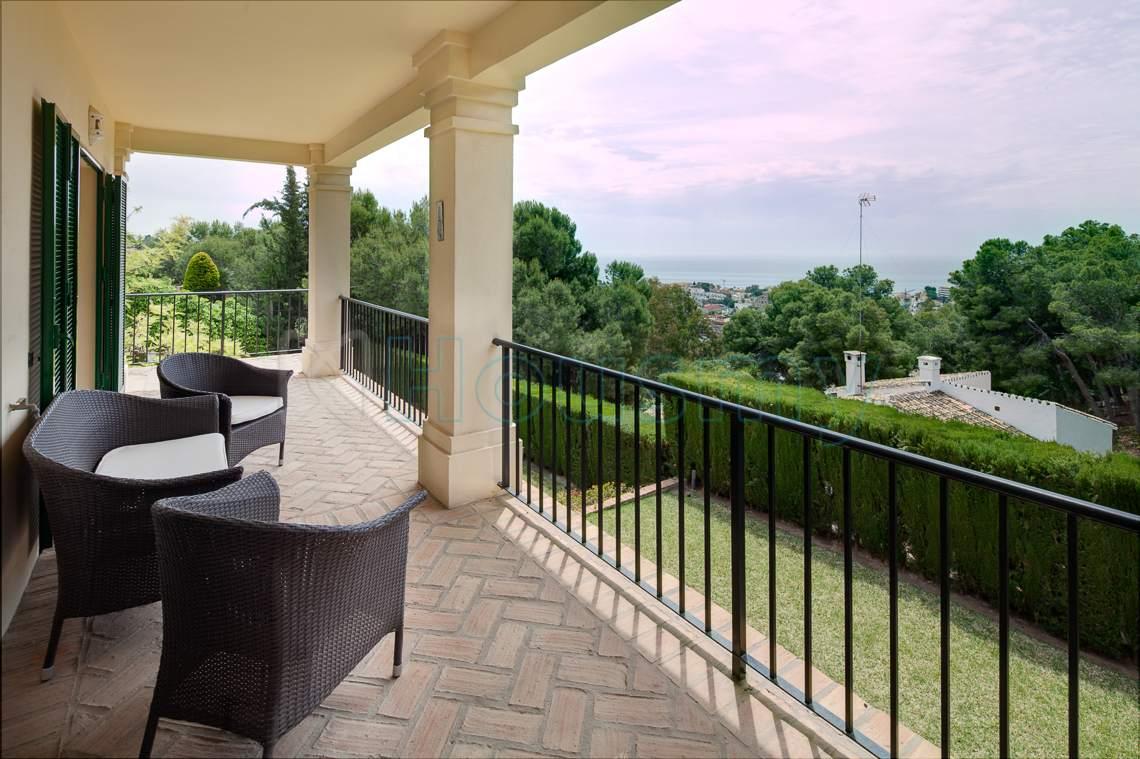 terraza de chalet con piscina en cerrado calderon. housmy