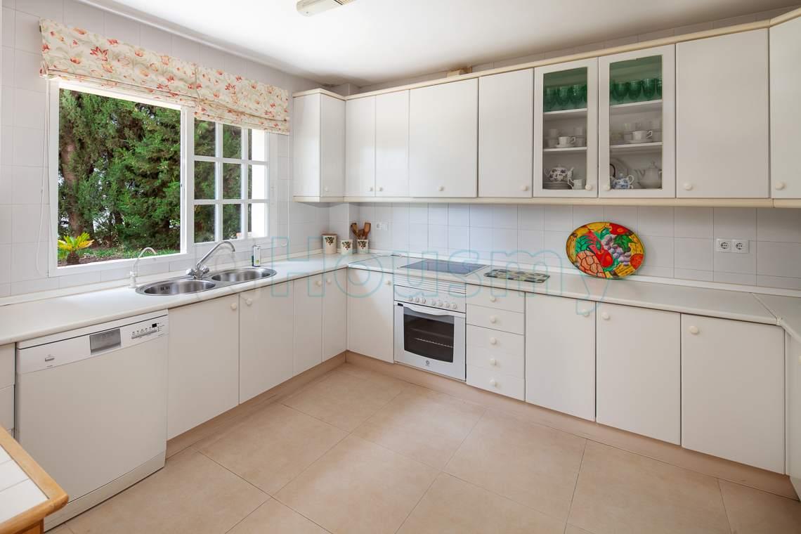 cocina de casa independiente con vistas al jardin en cerrado calderon