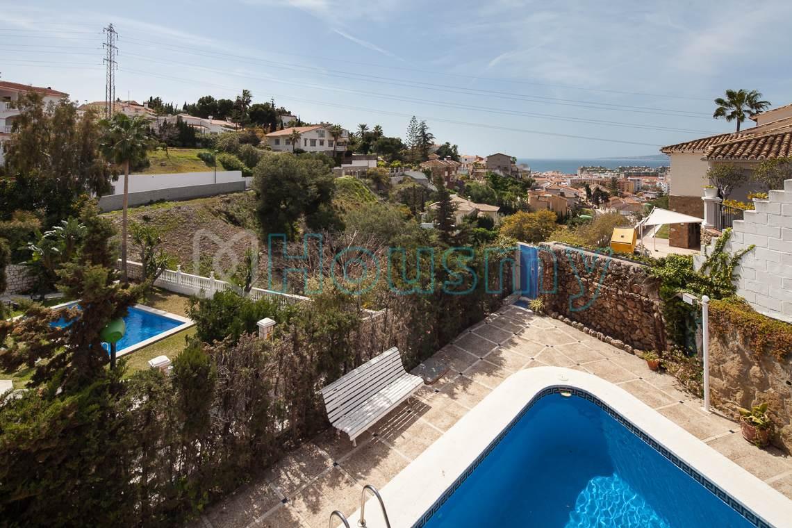Vistas a la piscina desde terraza. Casa familiar en venta