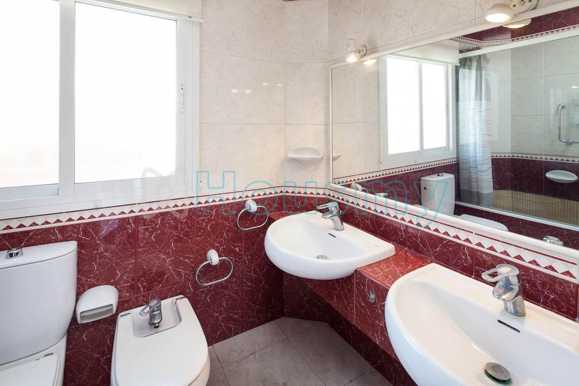 Baño con dos lavabos en chalet