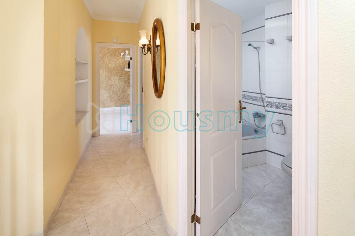 Acceso a baño y dormitorio de chalet