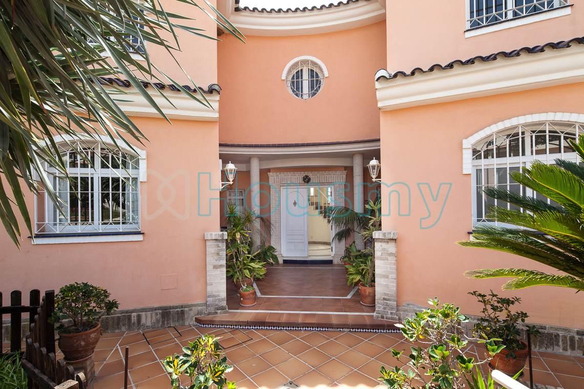 Entrada principal a casa de 5 habitaciones en Málaga