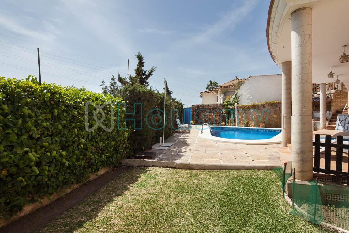 Vista de la piscina y jardín de casa independiente en venta