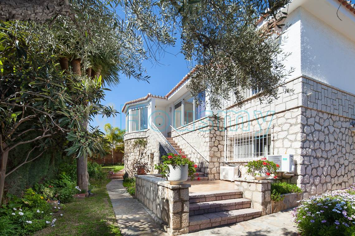 Casa con jardín en Miraflores del Palo. Housmy portal inmobiliario