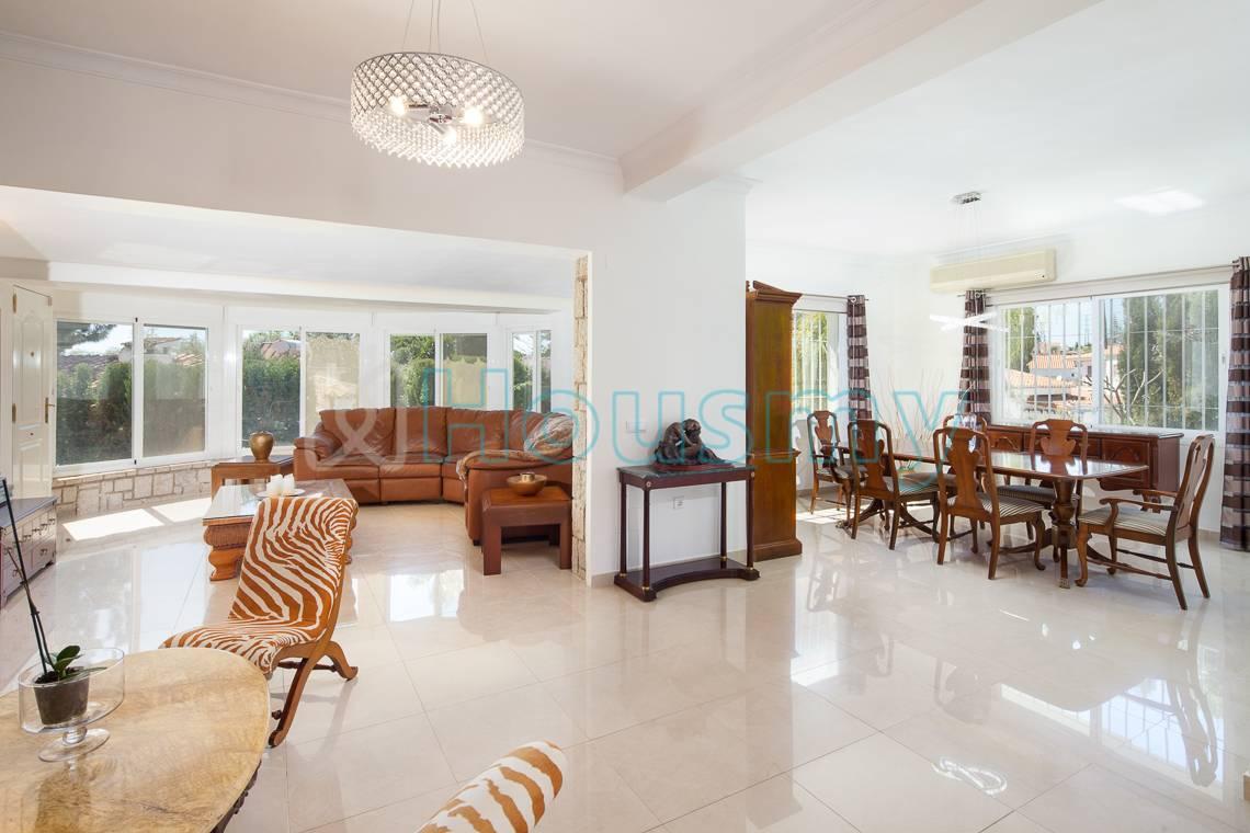 Amplio y soleado salón en chalet 5 dormitorios en venta. Housmy plataforma inmobiliaria