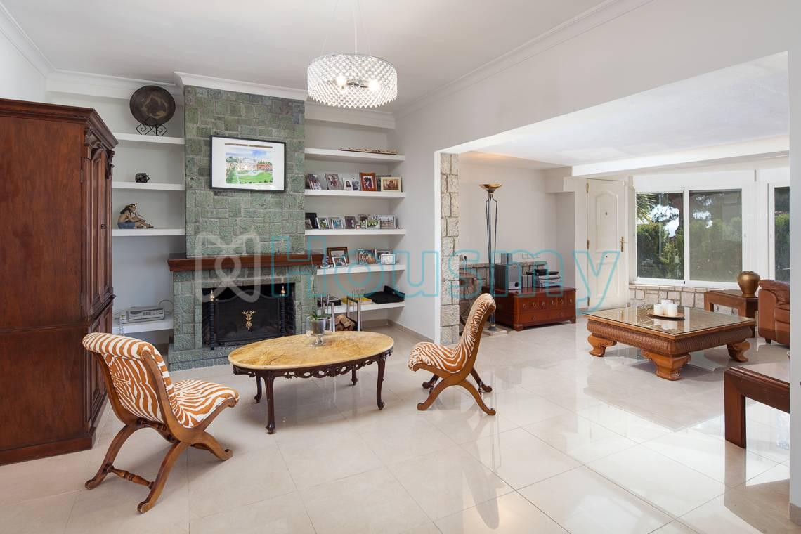 Amplio y soleado salón en chalet 5 dormitorios en venta