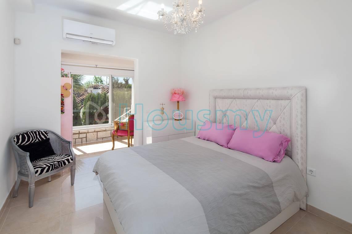 Amplio dormitorio remodelado en casa independiente en venta. Housmy