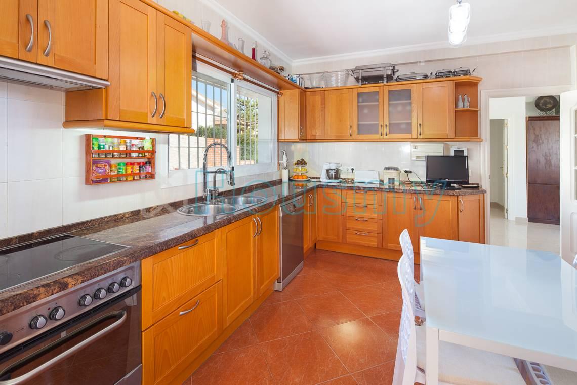 Vista de cocina. Chalet de 5 dormitorios en Málaga. Housmy