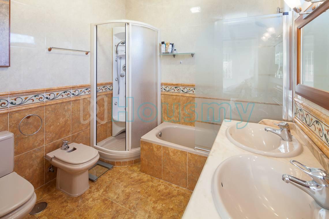 Baño con dos lavabos independientes