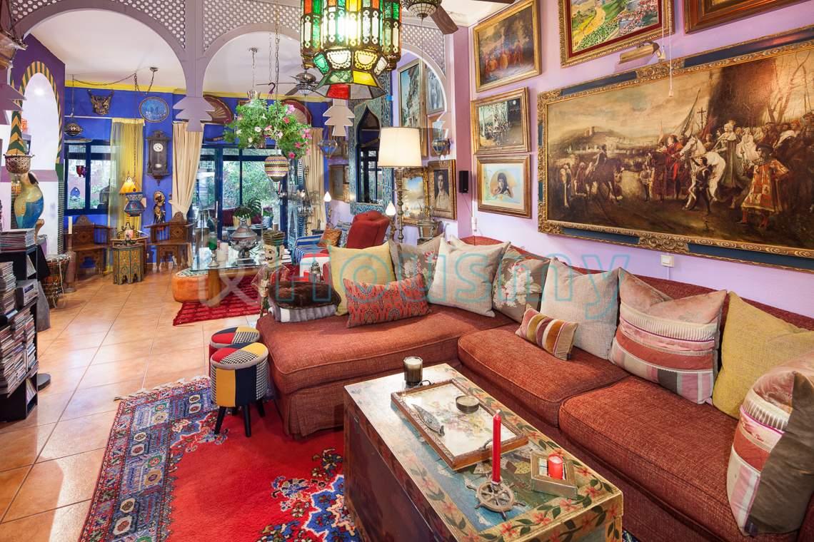 Casa con decoración andalusí en venta