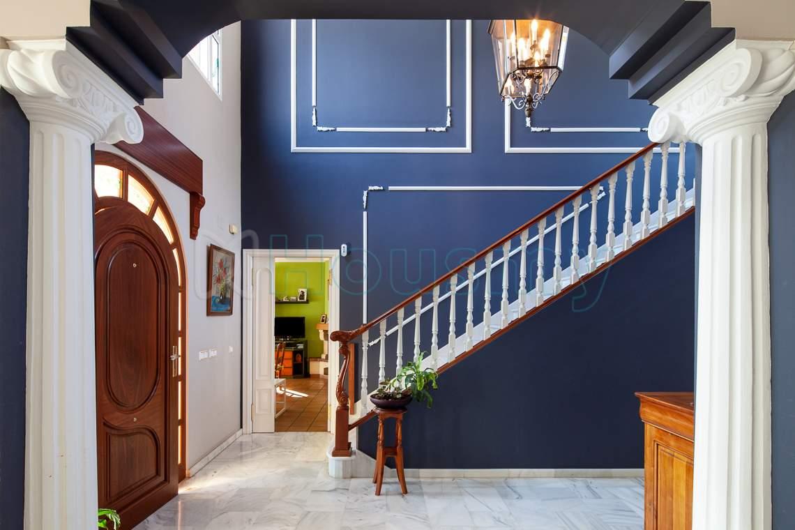 escalera con acceso a dormitorios en chalet en venta - Housmy
