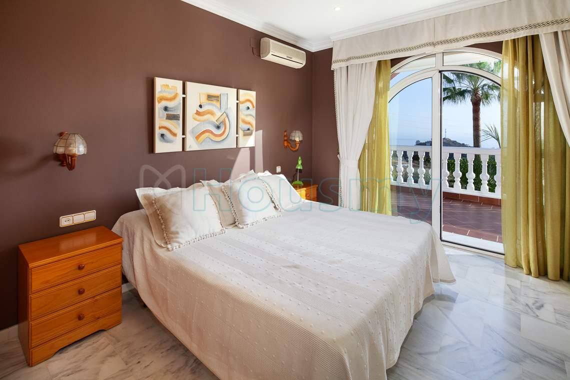 dormitorio con terraza y vista al mar - Housmy