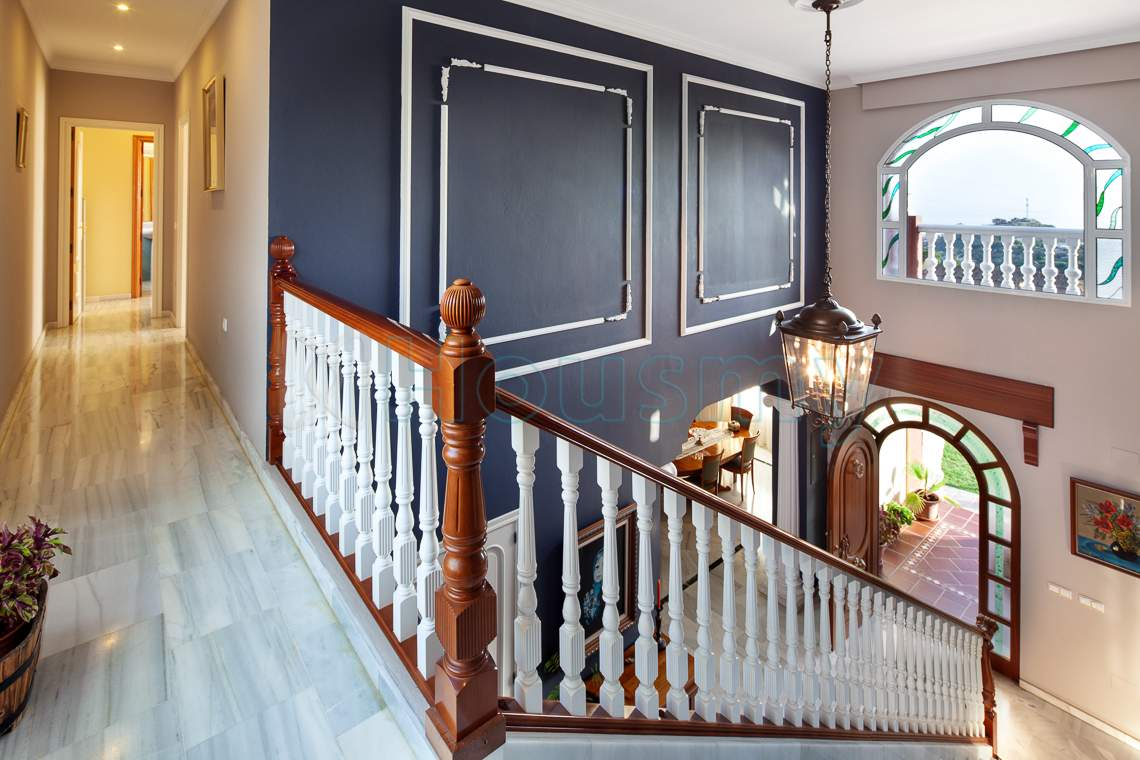 escalera con acceso a dormitorios en chalet de rincon de la victoria - Housmy